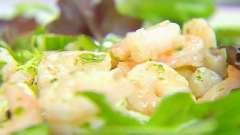 Готуємо смачні салати з креветками, салатом і огірком