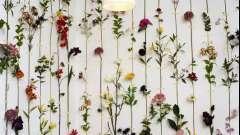Оригінальна композиція з штучних квітів як яскравий елемент декору