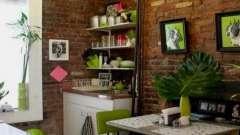 У затишному будинку і стіни на кухні радості додають!